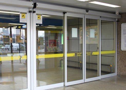 Mẫu cửa kính cường lực lùa 3 cánh tại các trung tâm thương mại