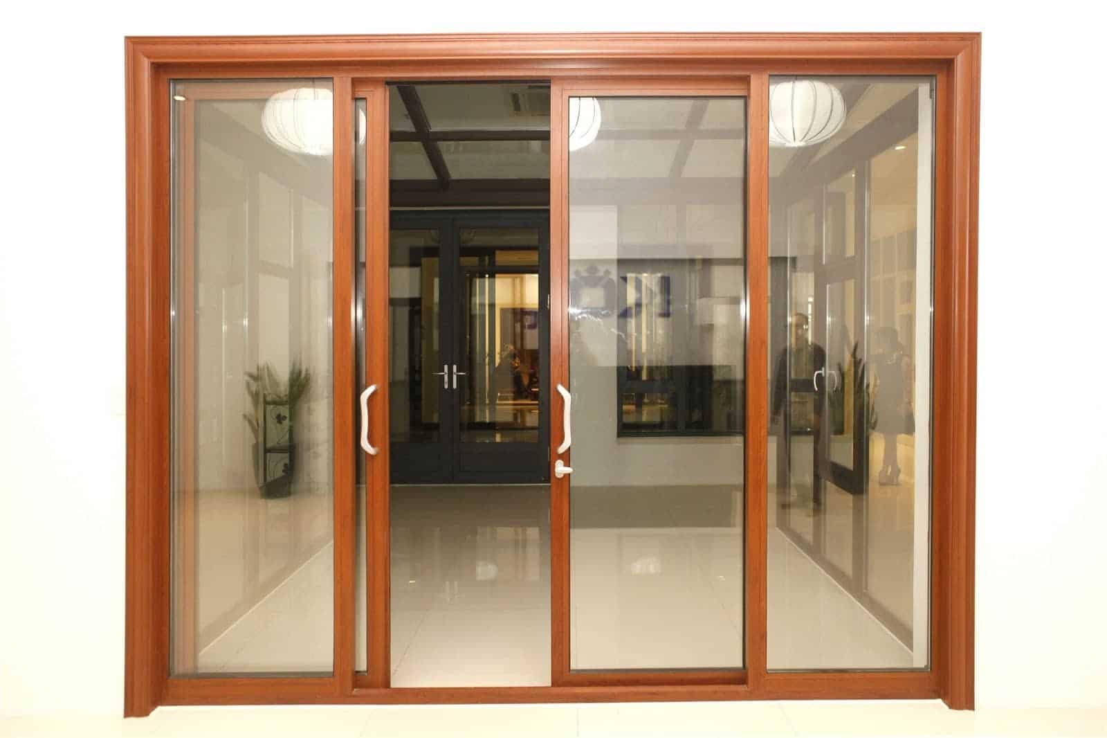 Cửa kính cường lực kết hợp với khung gỗ tạo ấn tượng, tinh tế cho căn nhà