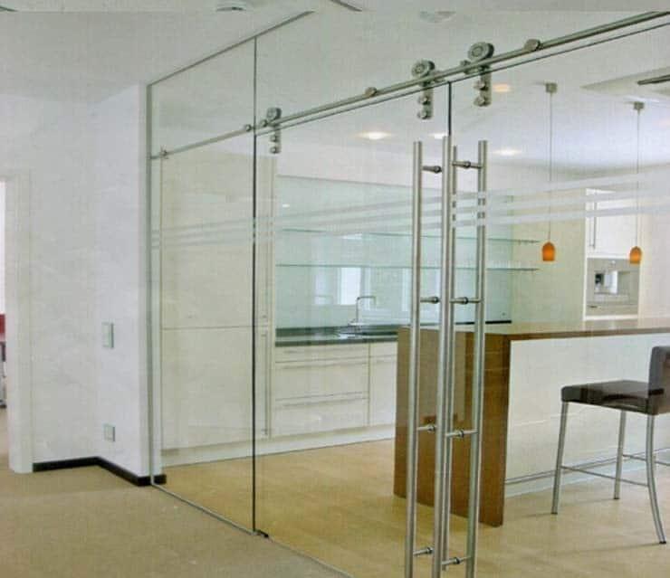 Mẫu cửa kính cường lực lùa 3 cánh tại không gian văn phòng làm việc