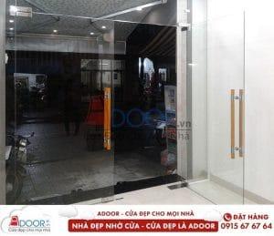 Mẫu cửa kính cường lực bản lề sàn tại không gian nhà ở tại Đà Lạt