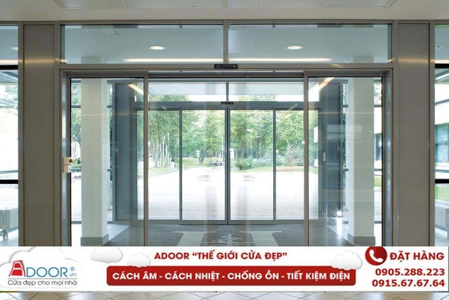 Mẫu cửa kính cường lực tạo không gian mở tại các trung tâm thương mại tại Quảng Ngãi