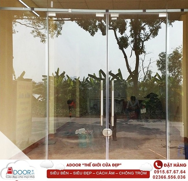 Cửa kính bản lề sàn là mẫu thiết kế được khách hàng ưa chuộng nhiều nhất