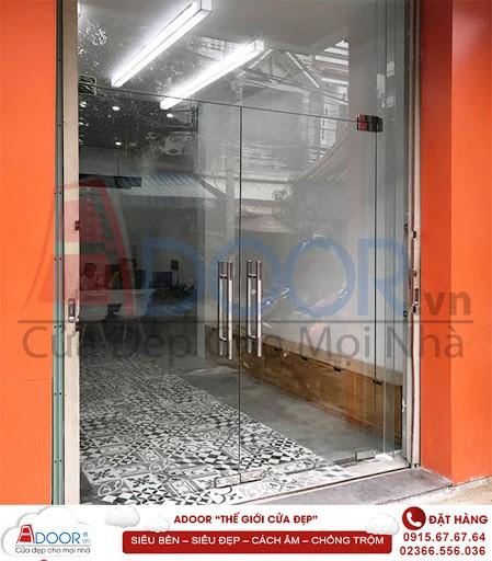 Cửa kính cường lực bản lề tại Adoor