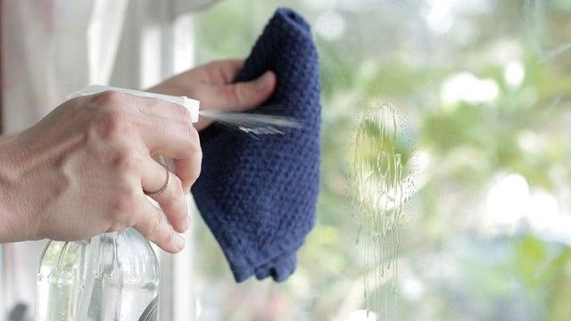 Dùng dung dịch amoniac để vệ sinh cửa nhôm kính