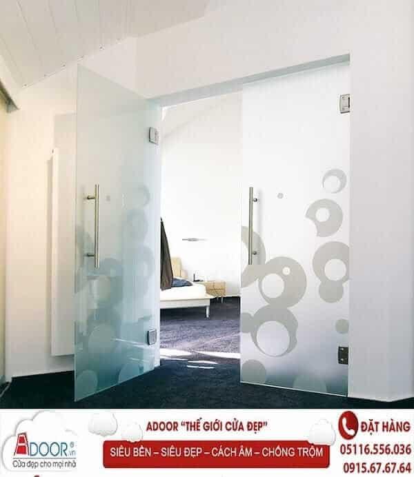Mẫu Cửa kính cường lực tại các cửa ra vào tại không gian nhà ở