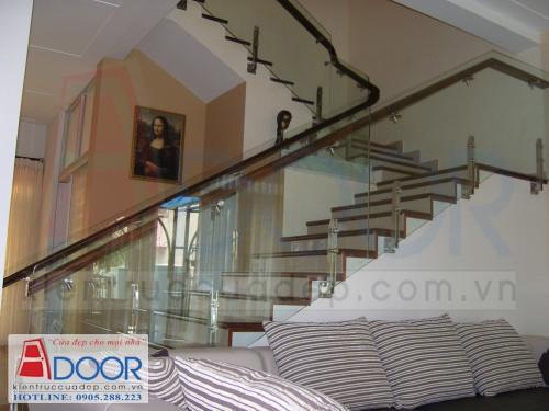 Cầu thang kính với sự tinh tế, hiện đại cho không gian nhà bạn