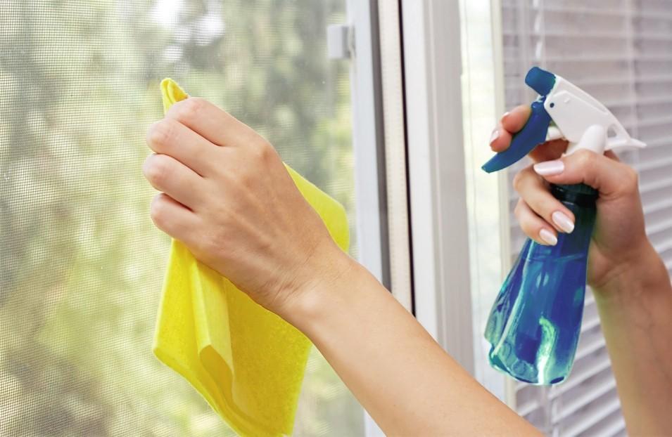 Lau sạch các vết ố bằng nước rửa kính chuyên dụng