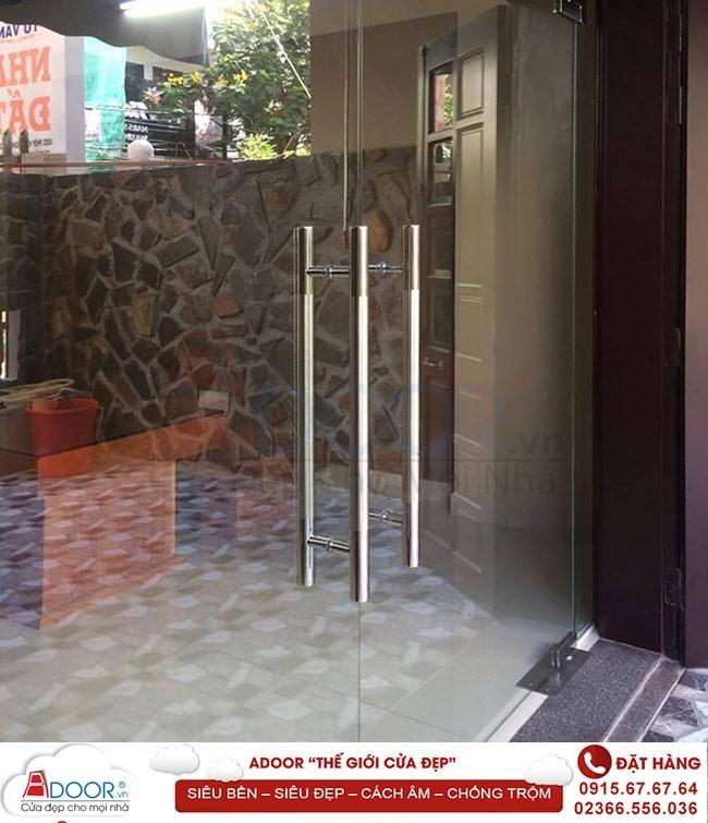 Mẫu cửa kính cường lực bản lề sàn tại các kiot bán hàng