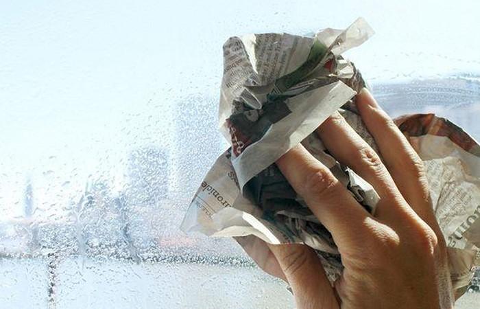 Tái sử dụng giấy báo một cách hiệu quả để làm sạch cửa kính